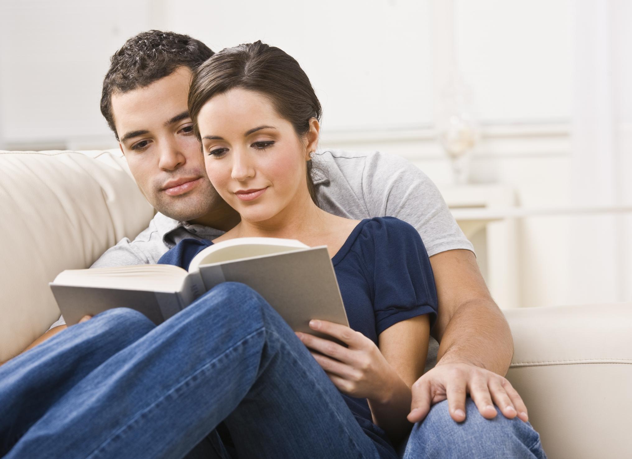 Ффото девушек на фиване читающих книги 21 фотография